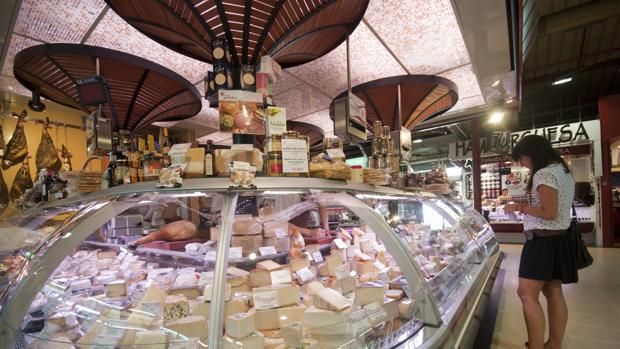 Un puesto del madrileño Mercado de la Paz