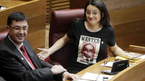 Oltra con una camiseta en la que se ve la foto de Camps y el lema «se busca»