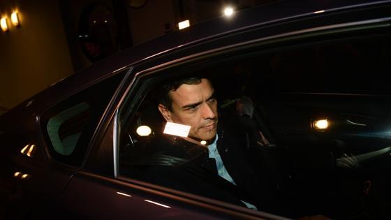 El secretario general retirándose en su vehículo de la sede del PSOE en Ferraz