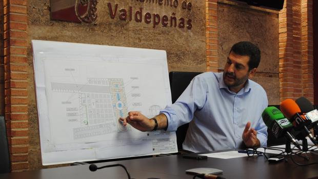 El concejal de Obras y Urbanismo de Valdepeñas durante la presentación del proyecto