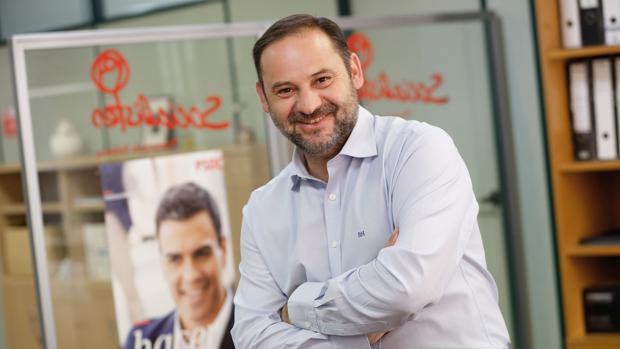 Imagen de José Luis Ábalos junto a una foto de Pedro Sánchez
