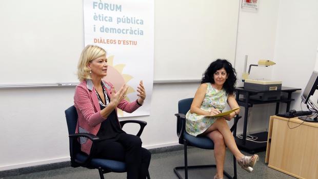 Imagen de Gabriela Bravo, a la izquierda, en un acto celebrado en Alicante