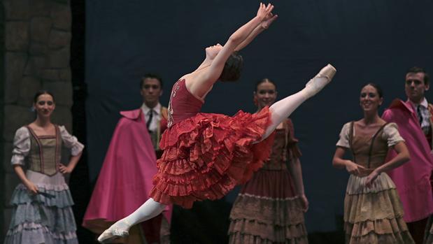 El montaje de la Compañía Nacional de Danza sube a escena a medio centenar de bailarines