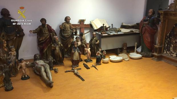 Entre las piezas recuperadas se encuentran tallas, cruces, pinturas, retablos y sagrarios.