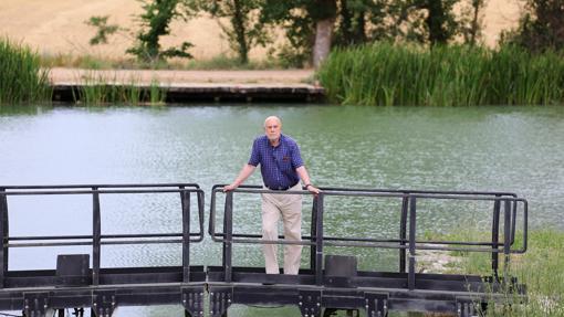 Guerra Garrido posa junto al Canal de Castilla, estructura que le inspiró en su obra