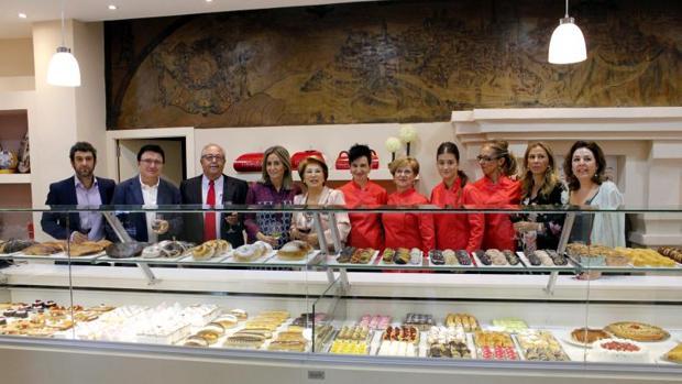 La alcaldesa, en el centro, con trabajadores y responsables del nuevo establecimiento