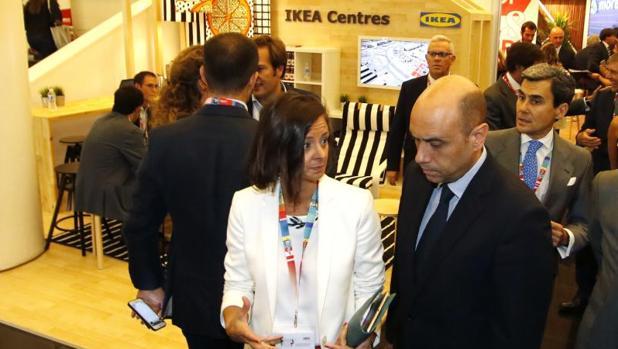 El alcalde pasa de largo junto a un expositor de Ikea en una feria en el Adda, esta semana