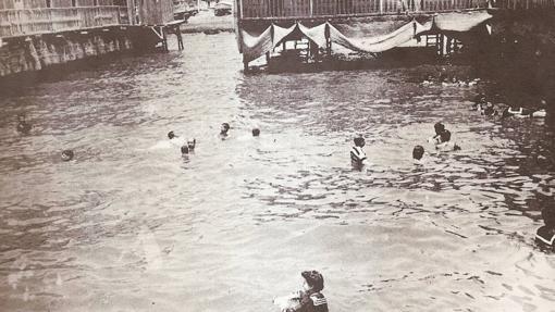 Bañistas en los antiguos balnearios del Postiguet