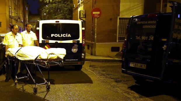 La funeraria retira el cadáver del menor asesinado en Vallecas