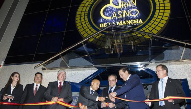 Las autoridades, durante de la inauguración del casino