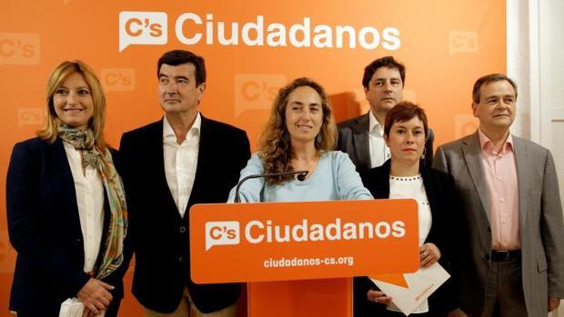Cifuentes (derecha), con varios dirigentes de Ciudadanos en la Comunidad Valenciana