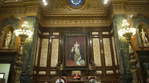 La alcaldesa, esta mañana en el pleno, presidido todavía por un cuadro de la Reina Regente