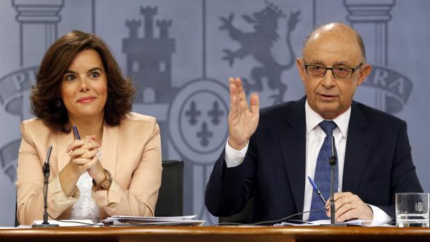 Soraya Sáenz de Santamaría y Cristóbal Montoro, en la rueda de prensa posterior al Consejo de Ministros
