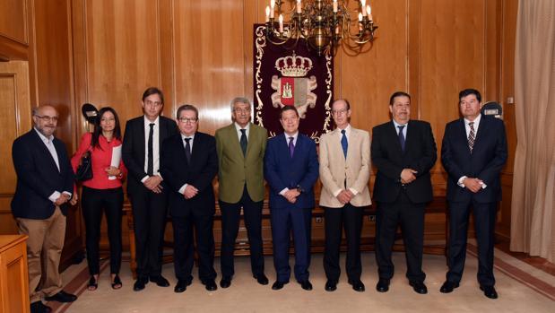 Fernando Torres, el primero por la derecha, ha tomado posesión como miembro del Consejo Consultivo