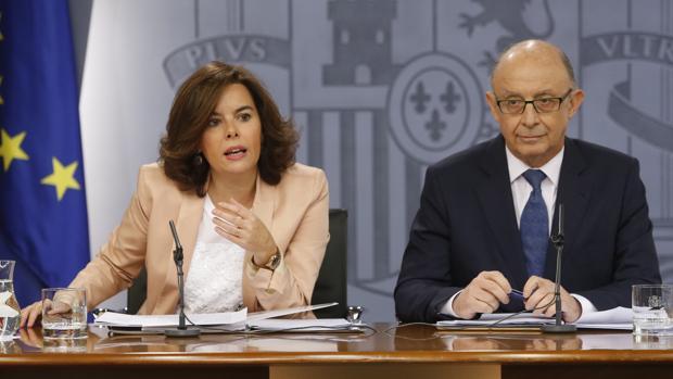 Soraya Sáenz de Santamaría y Cristóbal Montoro, en rueda de prensa en La Moncloa