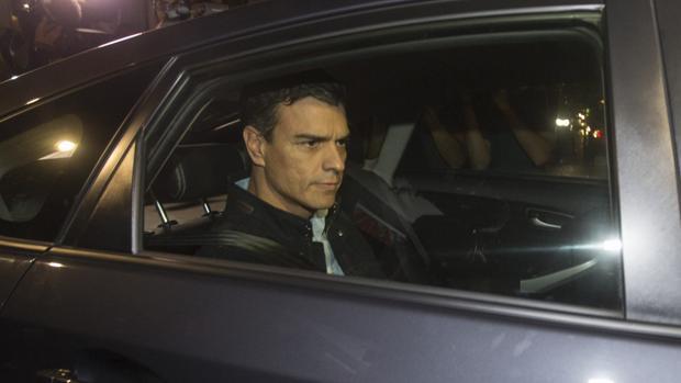 Pedro Sánchez abandona anoche la sede del PSOE, en Ferraz