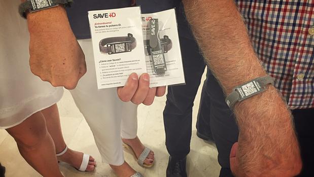 Las pulseras de emergencia con códigos QR de los ancianos de Brunete
