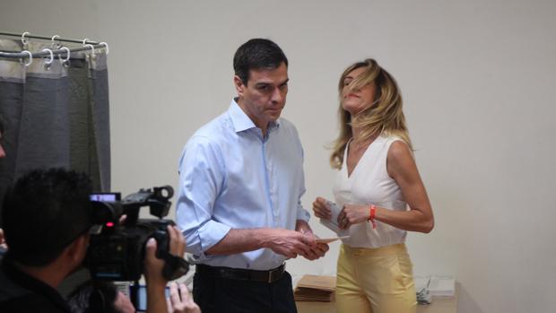 Begoña Gómez acompaña a Sánchez a votar en las elecciones de junio