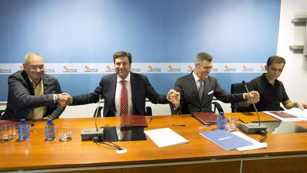 Angulo (UGT), el consejero Fernández Carriedo, Cepedano (Cecale) y Andrés (CC.OO.) firman el acuerdo del Serla