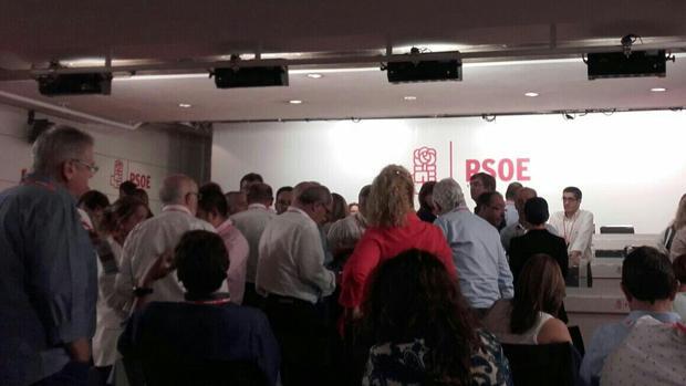 Lágrimas, insultos y reproches mutuos en la jornada más tensa del PSOE