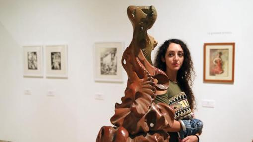 Una visitante observa una de las esculturas de Remigio Soler