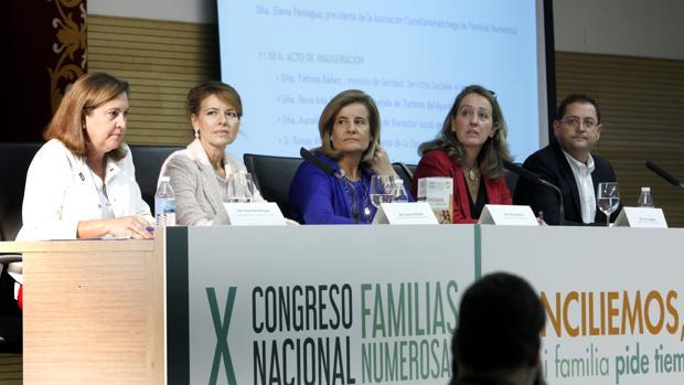 Fátima Báñez, en el centro, durante la jornada inaugural