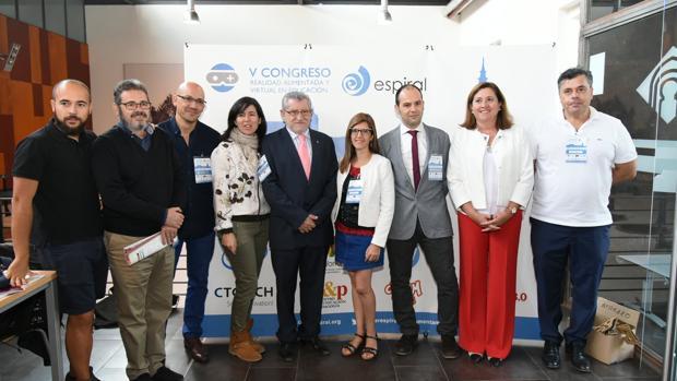 El consejero de Educación, Ángel Felpeto, con algunos de los participantes en la jornada «Auméntame. Edu2016»