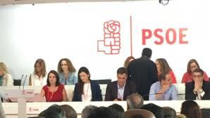 Valencianos en Ferraz: Puig dialoga con cercanos a Sánchez y Montón se sienta al lado del líder del PSOE