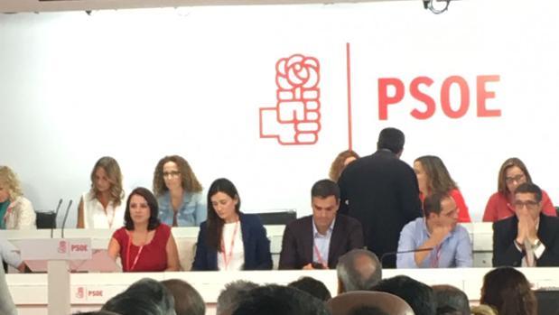 Carmen Montón, a la derecha de Pedro Sánchez