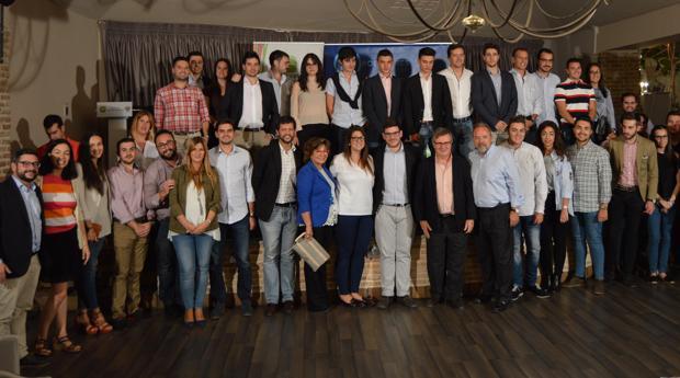 Los miembros de Nuevas Generaciones con varios dirigentes del Partido Popular
