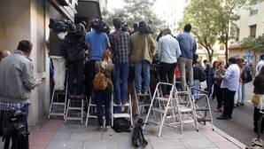 Los periodistas invaden los bares de Ferraz ante la imposibilidad de acceder a la blindada sede del PSOE