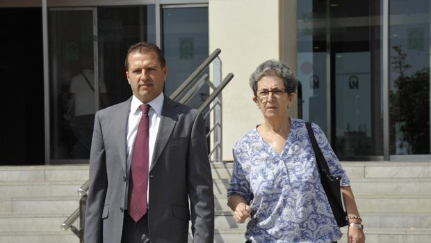 A la derecha, la madre del «niño pintor» de Málaga, a la salida del juzgado