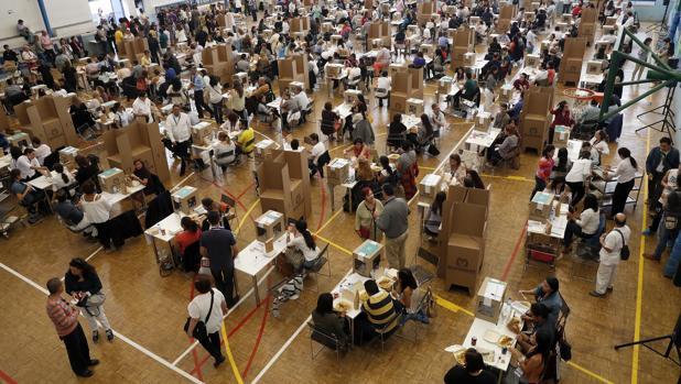Colombianos residentes en Madrid acuden a votar durante la jornada electoral para el