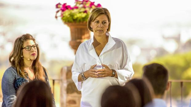 La presidenta del PP de Castilla-La Mancha y secretaria general nacional del partido, María Dolores de Cospedal (d), durante un encuentro con jóvenes de Nuevas Generaciones de la ciudad de Toledo