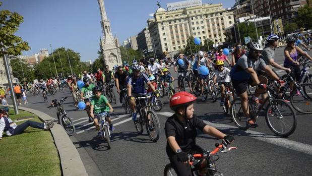 Cientos de ciclistas circulan por la plaza de Colón en la fiesta de 2015