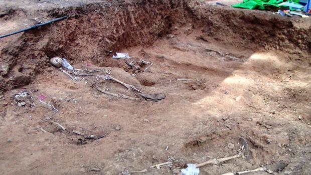 Imagen de la excavación de una fosa común