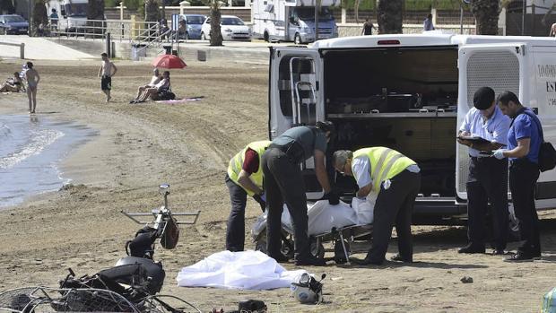 Un grupo de efectivos de la Guardia Civil en el lugar donde ha fallecido un hombre