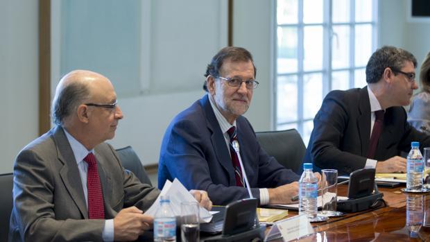 Mariano Rajoy, entre Cristóbal Montoro y Álvaro Nadal, esta semana en La Moncloa