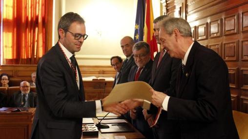 Josué López, de Santa Olalla, en el momento de recibir el título como nuevo académico de manos del concejal de Cultura de Toledo, José María González Cabezas