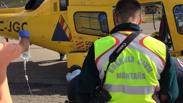 Los equipos de rescate, asistiendo a uno de los montañeros accidentados este fin de semana