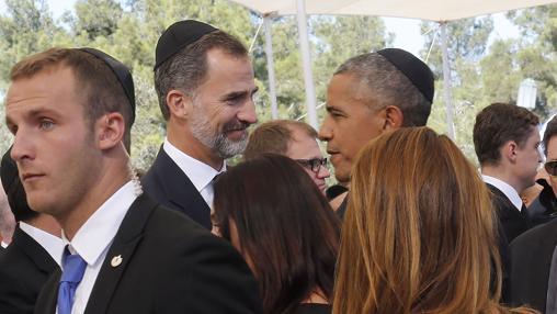 El Rey saluda a Obama, ambos con kipá, este pasado 30 de septiembre de 2016 en Jerusalén