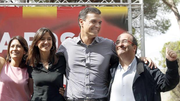 Pedro Sánchez con Núria Parlon y Miquel Iceta