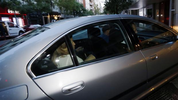 Susana Díaz llegando el sábado en coche a Ferraz muy temprano para evitar los abucheos