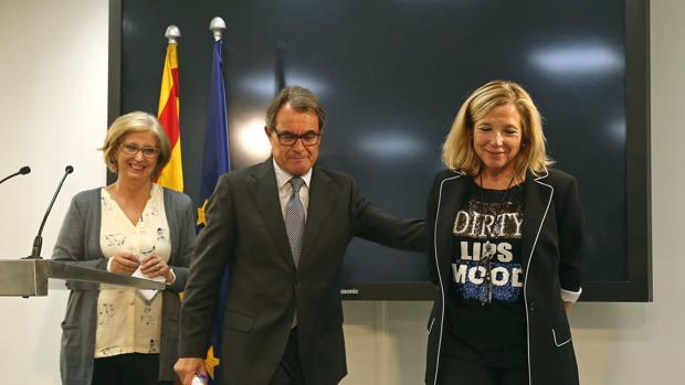 El expresidente catalán Artur Mas (c), junto con las exconselleres Joana Ortega e Irene Rigau (i)