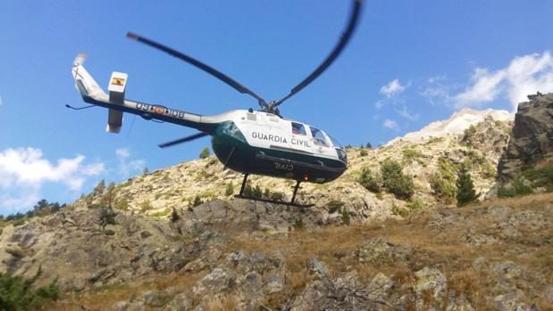 Un helicóptero de la Guardia Civil, sobrevolando la zona en la que ha aparecido el cadáver