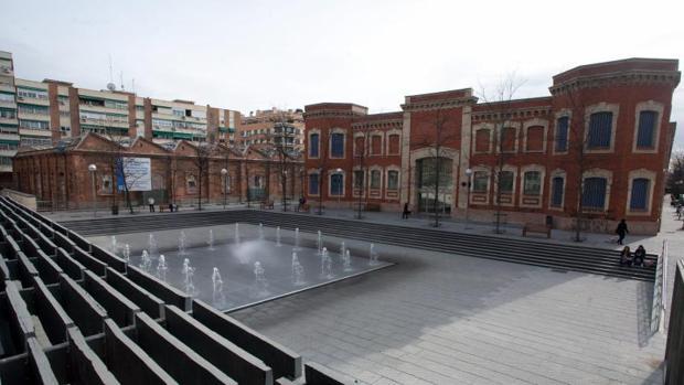 El centro cultural Daoíz y Velarde, a la izquierda, en el barrio de Pacífico