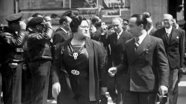 La dirigente anarquista Federica Montseny, en un acto público en 1937 como ministra de Sanidad