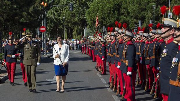 Susana Pérez Quislant, junto al Coronel y Jefe del Regimiento de Infantería «Inmemorial del Rey Nº1», José Javier Fabón Zurita