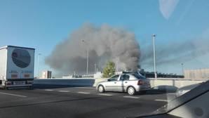 Un incendio en las cocheras de la EMT provoca una enorme nube de humo en Madrid
