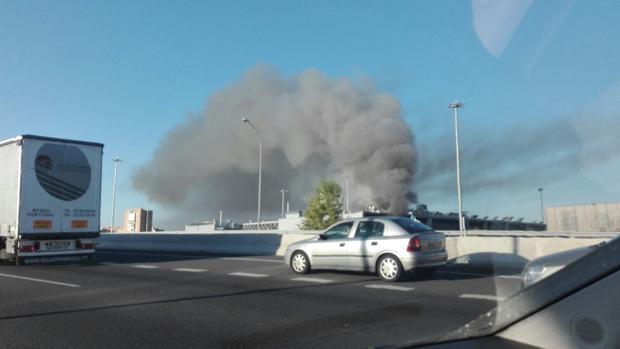 La columna de humo que ha provocado el incendio